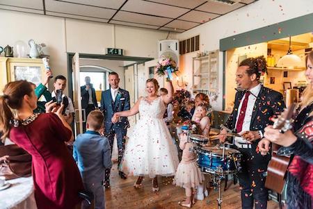 binnenkomst bruidspaar akoestisch trio Vuur & Vlam