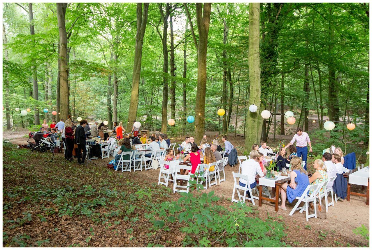 diner in het bos met akoestische live muziek